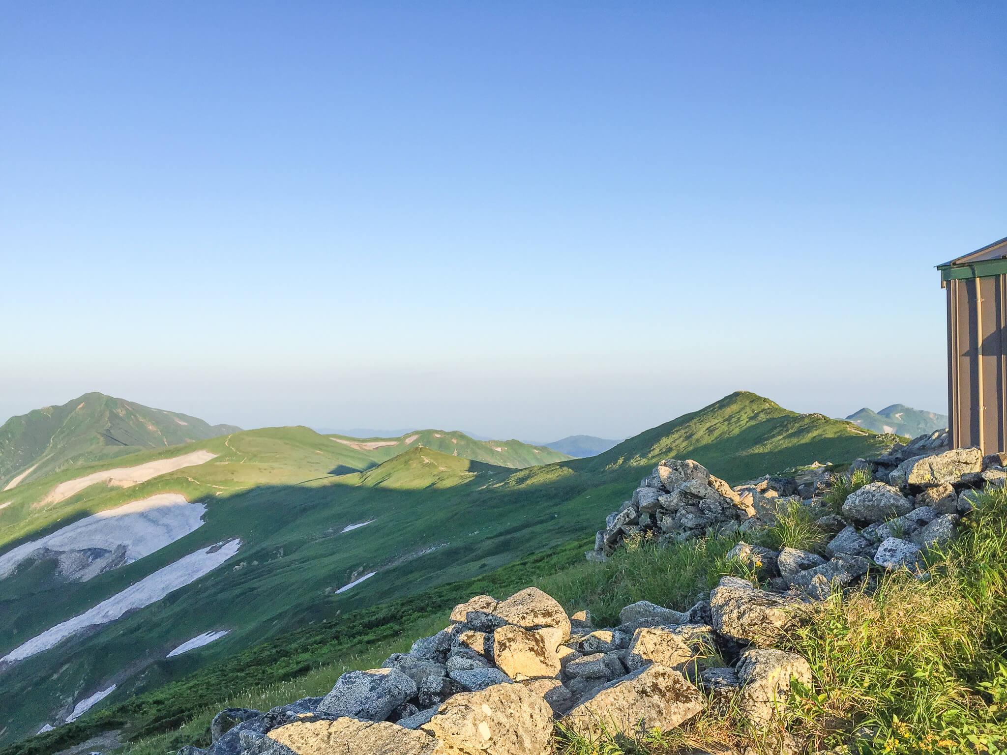 飯豊山・本山小屋から飯豊山、大日岳を望む