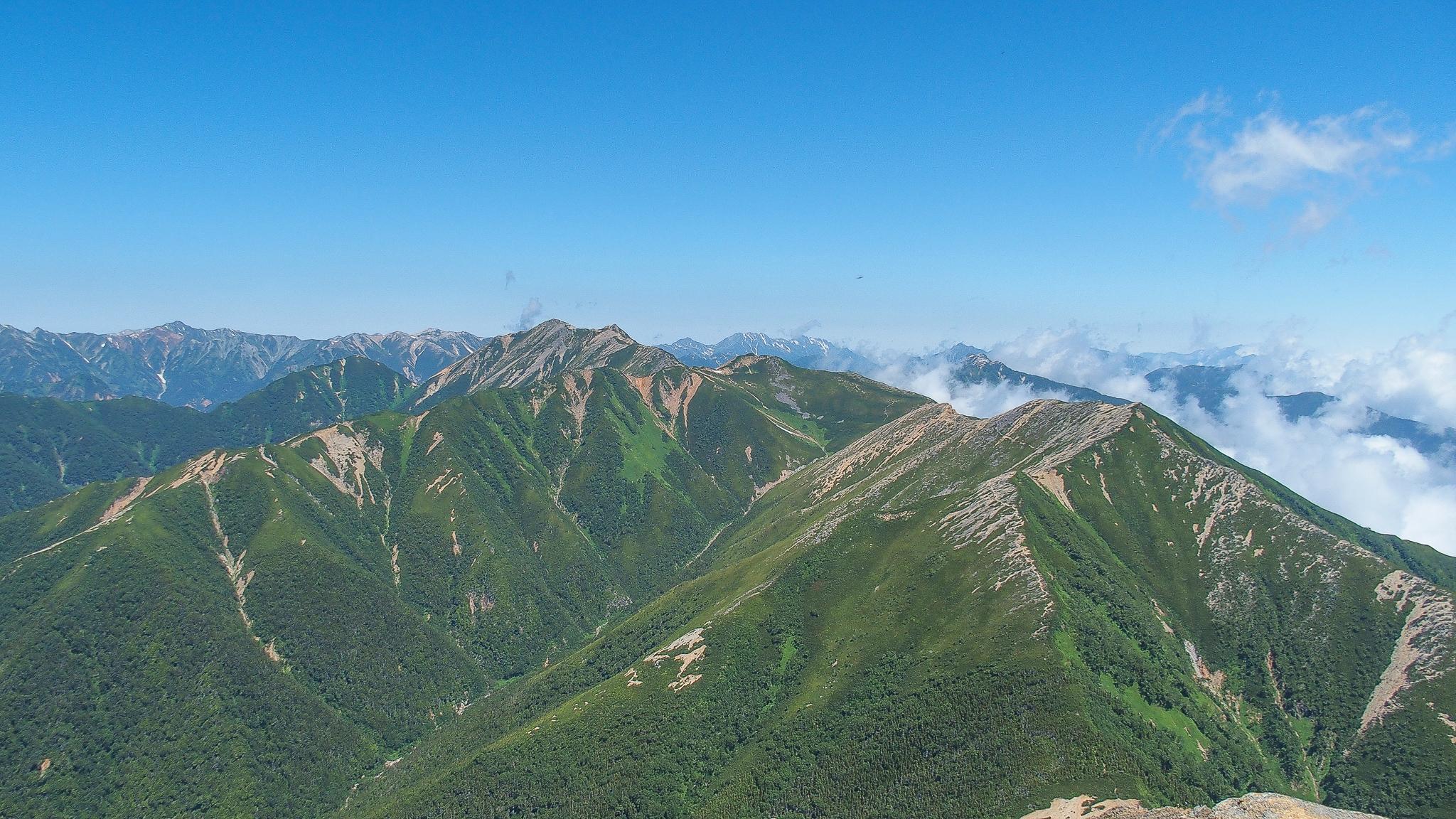 常念岳・常念岳山頂からの横通岳と大天井岳
