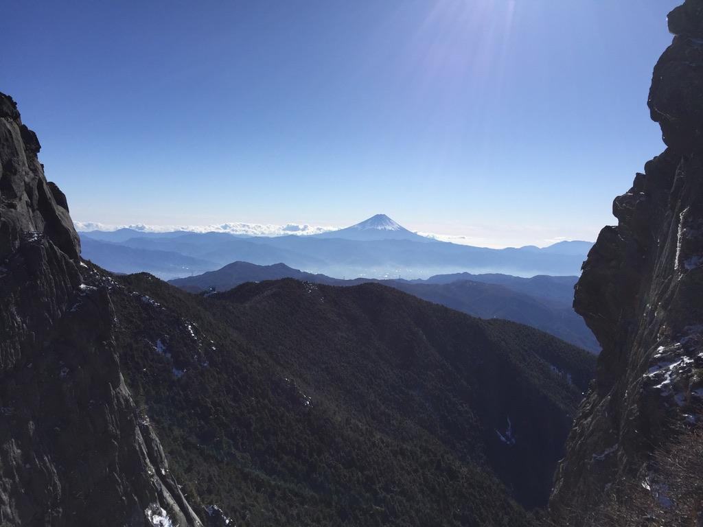 金峰山・金峰山に至る稜線から垣間見える富士山