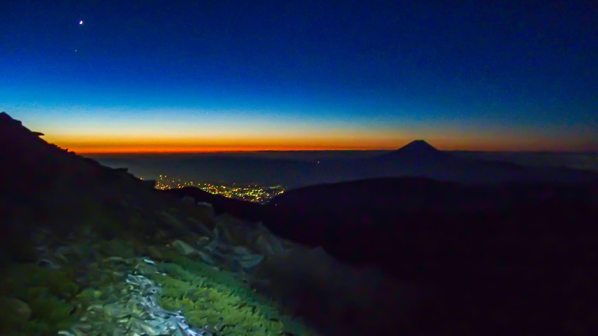 北岳・北岳の麓から富士山、街明かりを望む