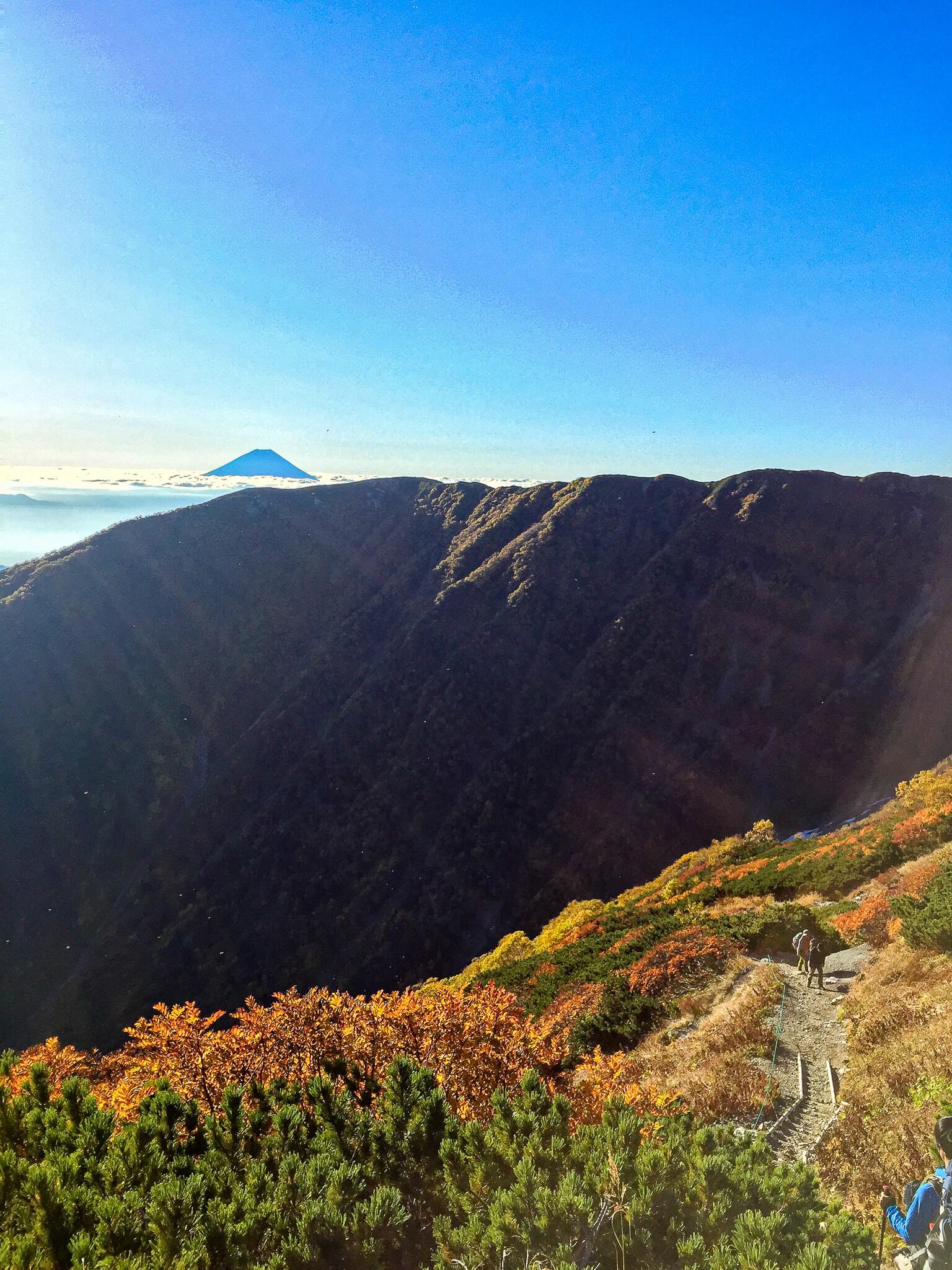 北岳・白根御池小屋に向かう道から見える富士山