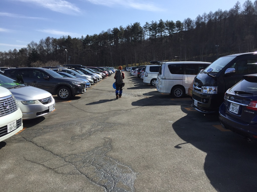 入笠山・富士見パノラマ駐車場。クルマはどこだー。