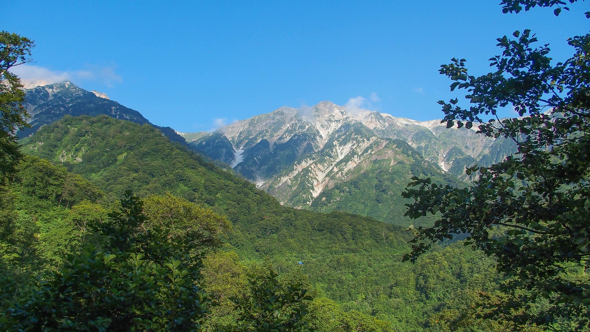 白馬岳・白馬尻小屋へいたる道の途中から見えた白馬岳