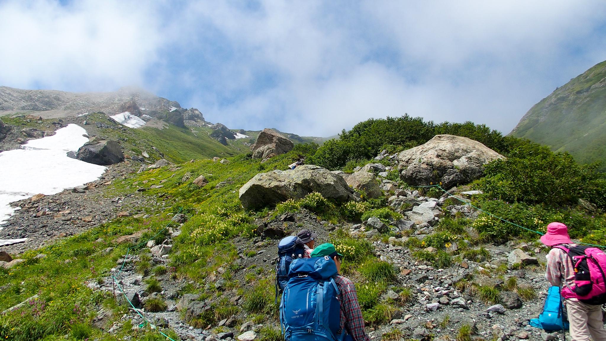 白馬岳・大雪渓からうって変わってガレ場を登る