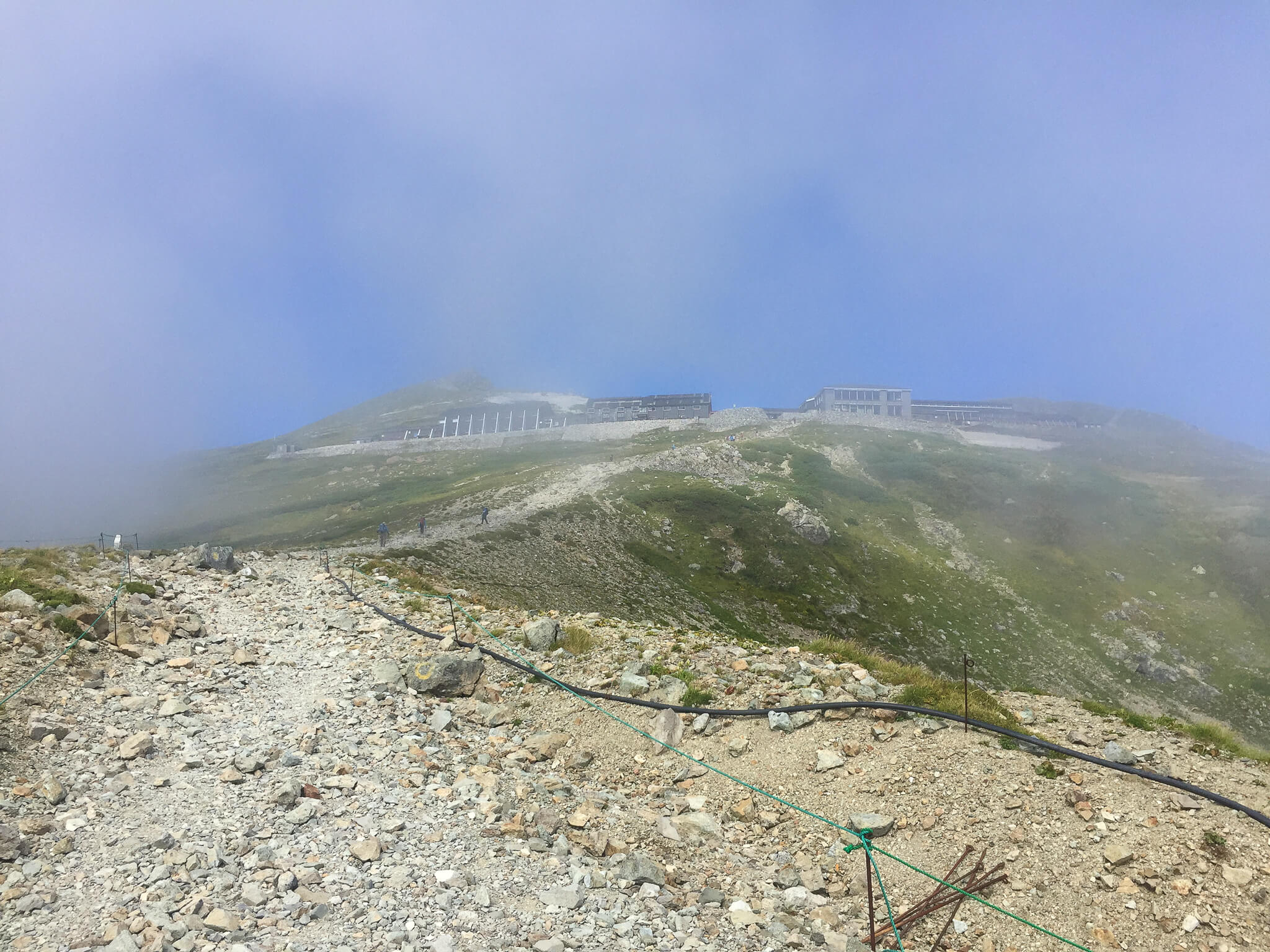 白馬岳・村営白馬岳頂上宿舎から白馬山荘へ向かいます2