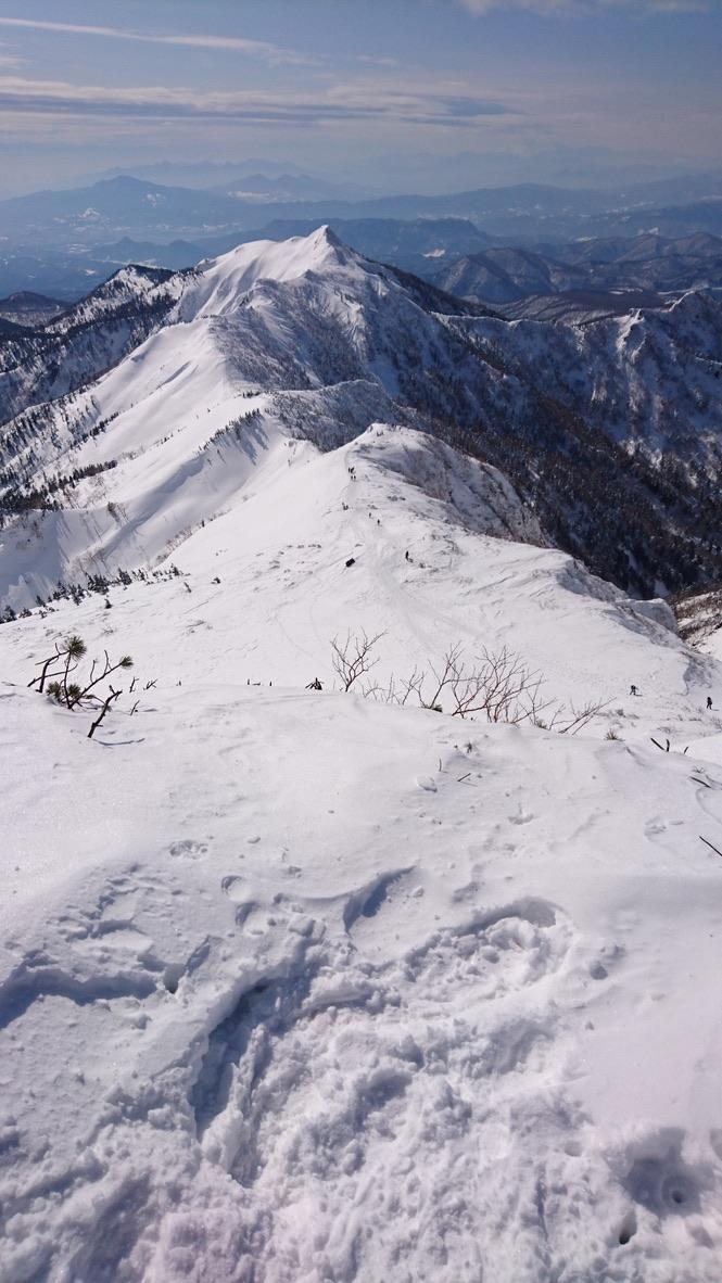 武尊山・武尊山山頂から剣ヶ峰山を眺める