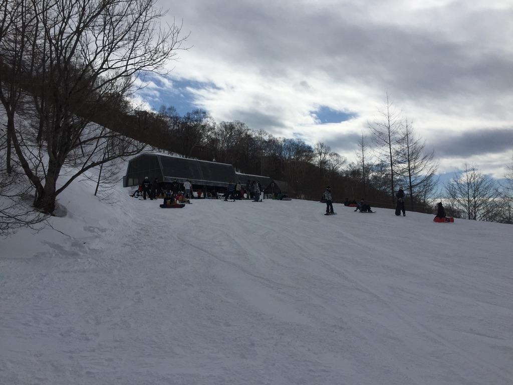 武尊山・川場スキー場のリフト乗り場へ向かうゲレンデ