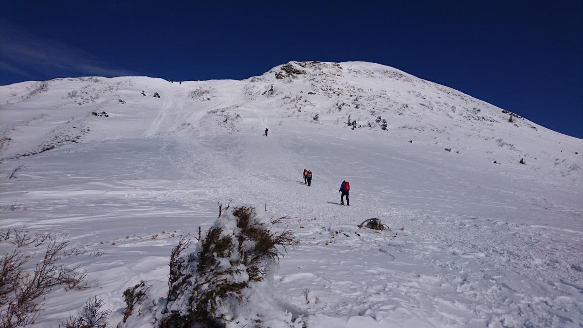 武尊山・武尊山山頂へ向かう登山客