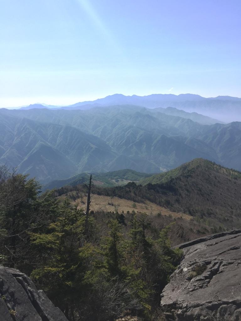 乾徳山・髭剃岩先から高原ヒュッテ方面を振り返る