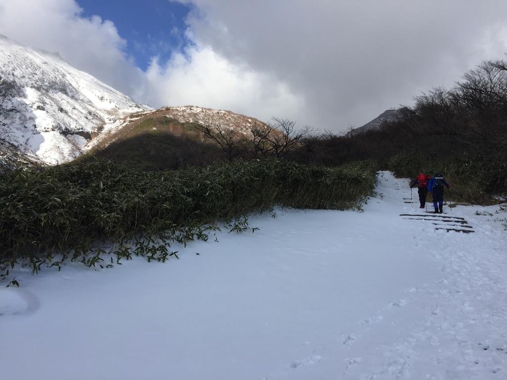 那須岳・峠の茶屋に至る道、まだつかない