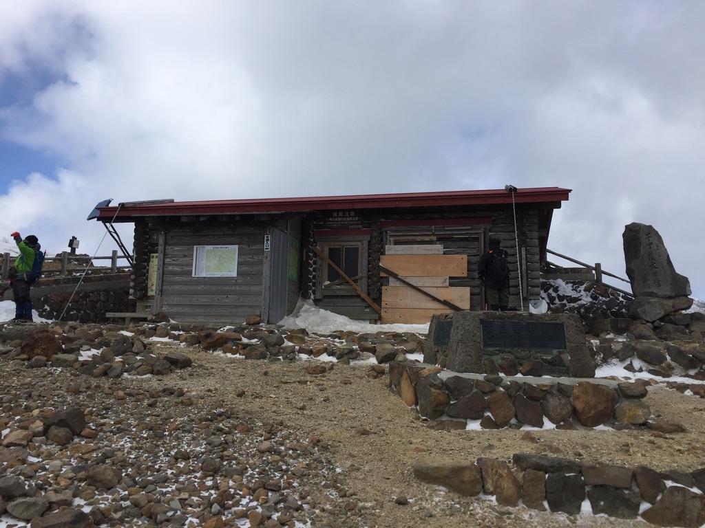 那須岳・茶臼岳、峰の茶屋跡避難小屋