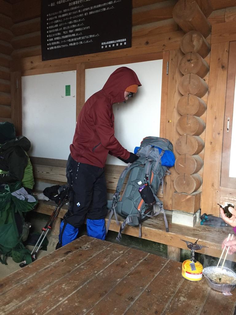 那須岳・峰の茶屋跡避難小屋で一息