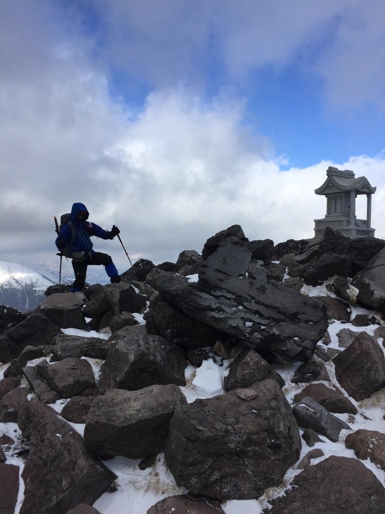 那須岳・茶臼岳、山頂まであと少し!飛ばされないように注意!