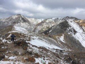 茶臼岳から避難小屋を望む