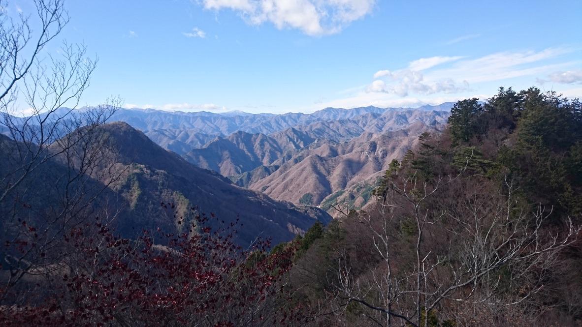両神山・両神山へ至る道から望む秩父の山々