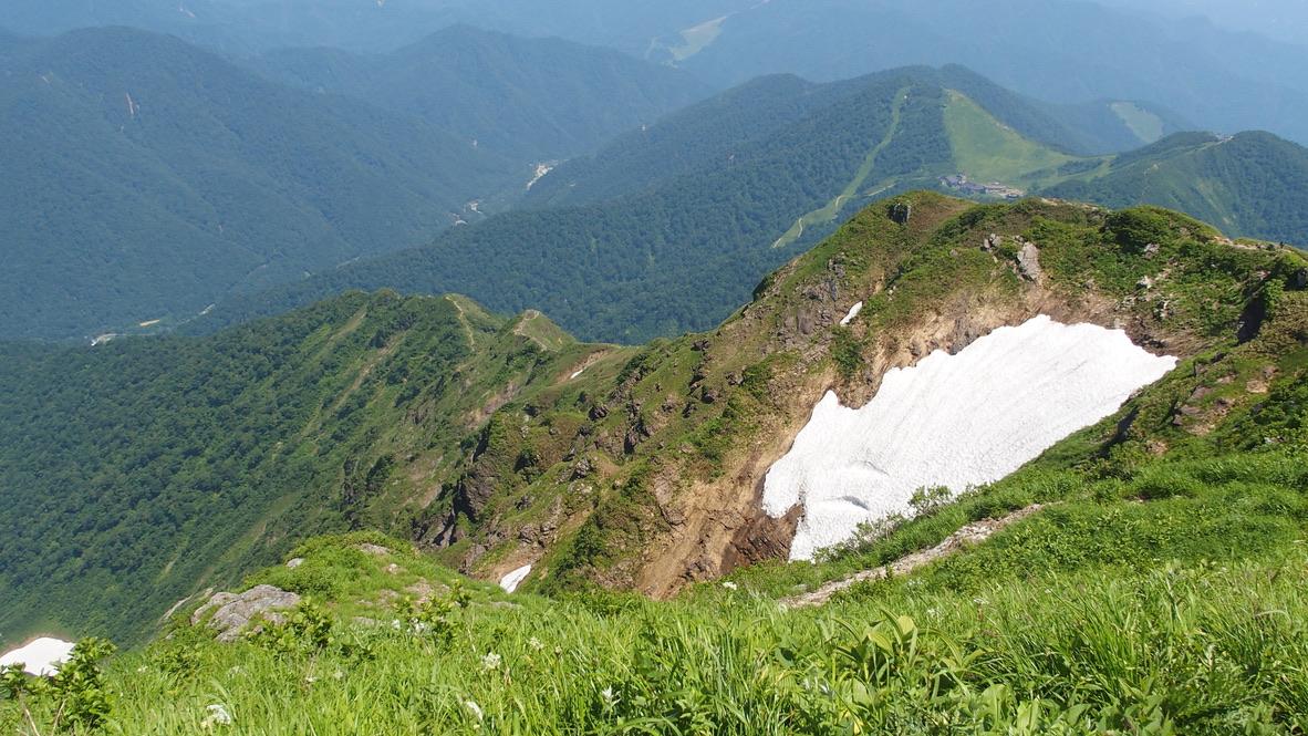 谷川岳・谷川岳山頂付近から見える尾根
