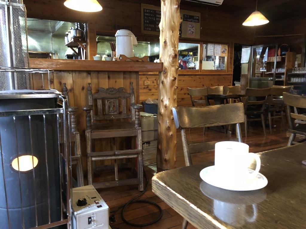 赤岳鉱泉・食堂・ストーブ近くでコーヒーです