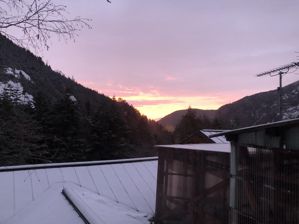 赤岳鉱泉・2階に向かう階段からの夕焼け