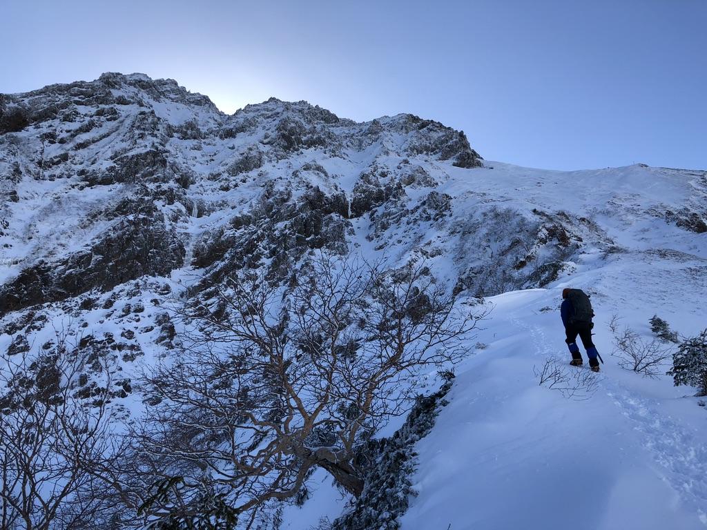 赤岳の向こう側は日向・文三郎尾根は日陰