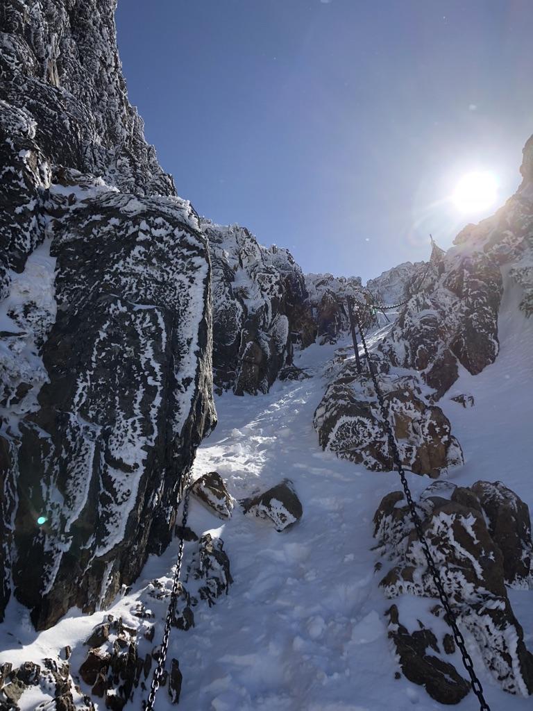 赤岳頂上アタック・岩と岩の間を進みます