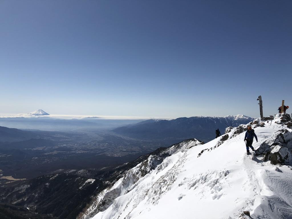 赤岳頂上山荘から見る赤岳山頂と富士山