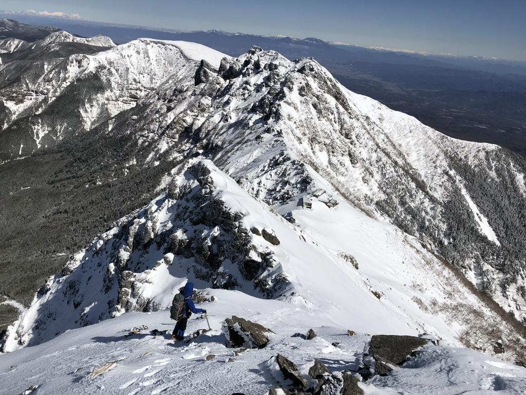 下山は、赤岳山頂から横岳方面に進み、赤岳天望荘を越え、地蔵の頭から地蔵尾根を伝って下りるルート