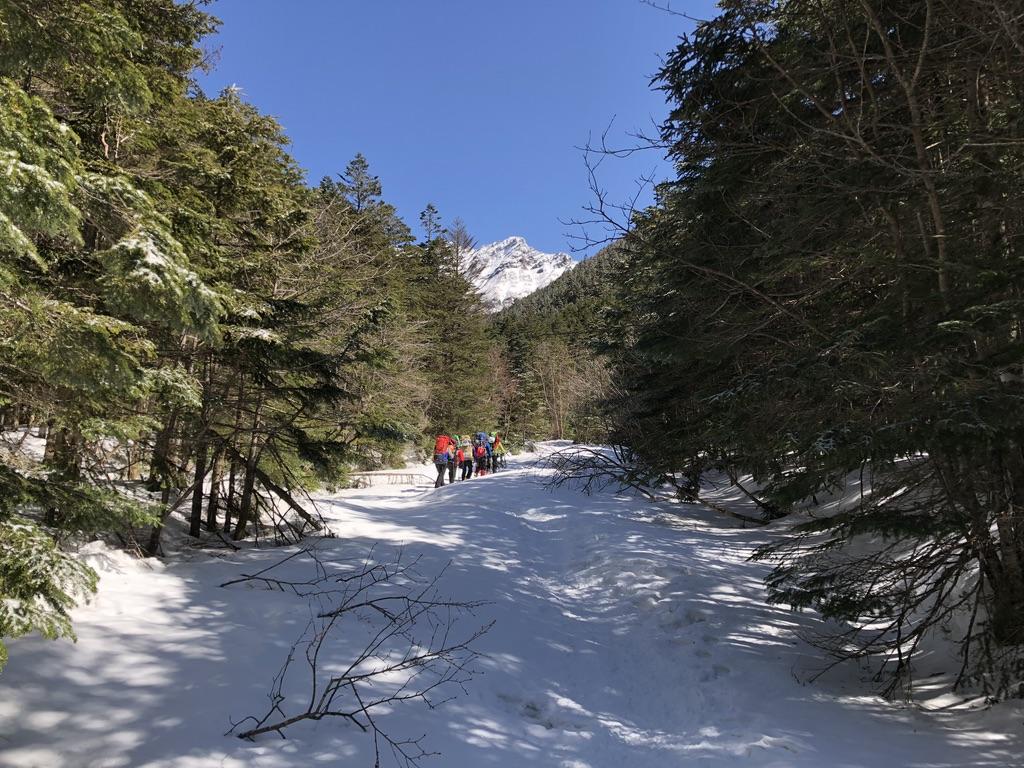 八ヶ岳・南沢・河原でテント泊のグループとすれ違う