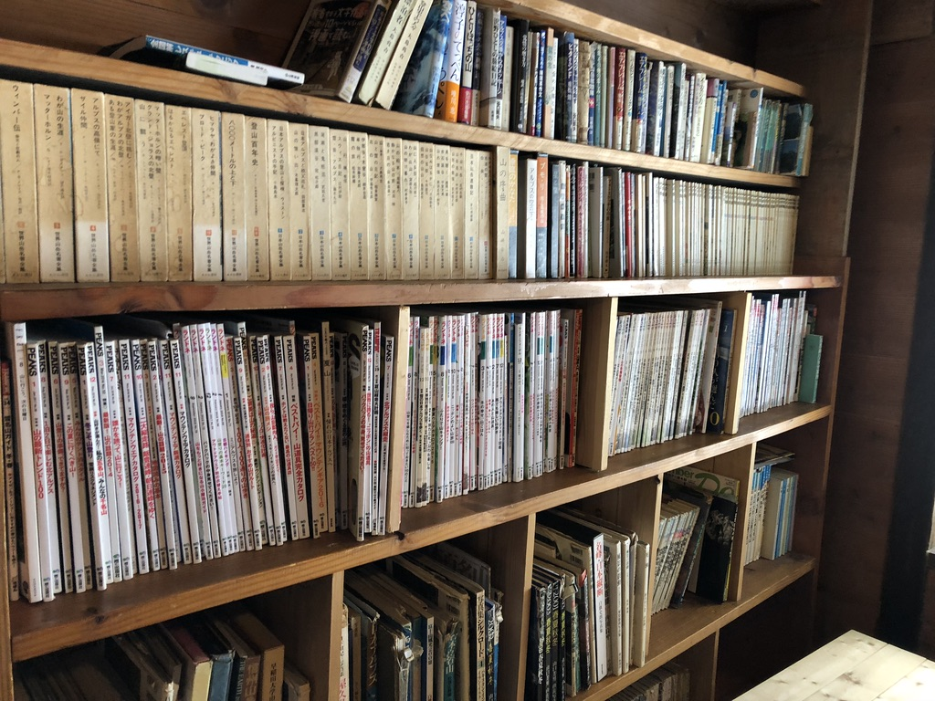 赤岳鉱泉・自炊室の本棚2