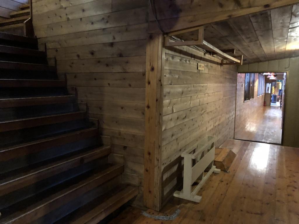 赤岳鉱泉・大広間前の食堂に続く階段