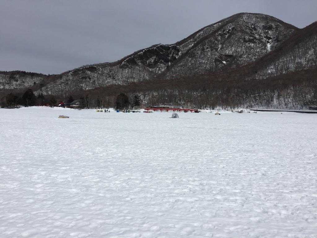 赤城大沼は完全に凍っています