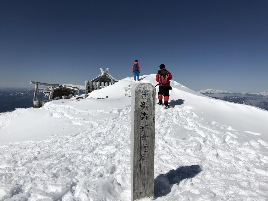 木曽駒ケ岳・山頂標識で木曽駒ヶ岳の文字を探す