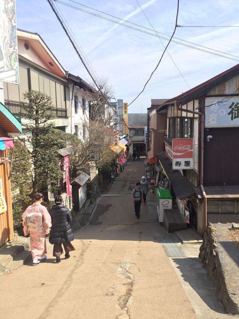 御嶽神社前には建物がたくさん!
