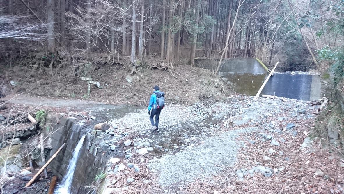丹沢・鍋割山・国定公園表示板、過ぎても山登りは始まらず