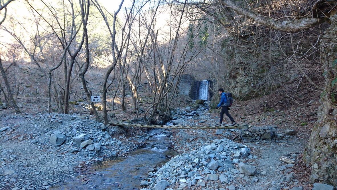 丹沢・鍋割山・橋を渡って進みます