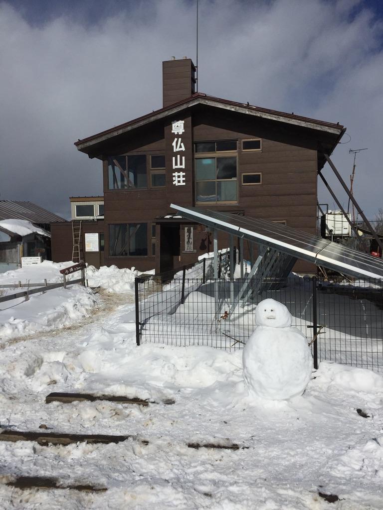 丹沢・塔ノ岳・尊仏山荘、雪だるまがお出迎え