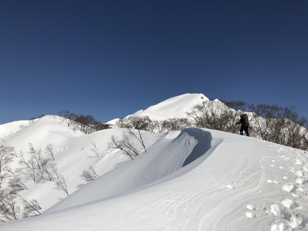 谷川岳・綺麗な稜線と雪庇の横を登ります