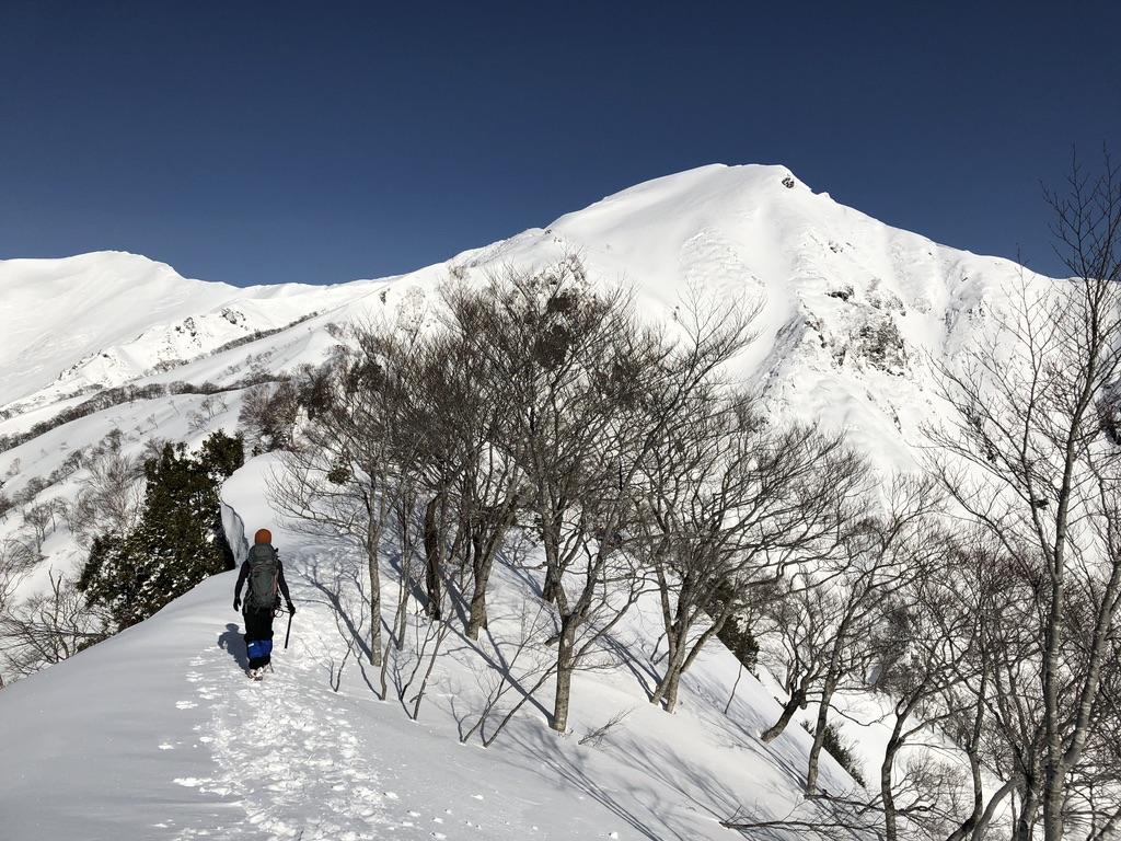 谷川岳・雪庇に気を付け上ります