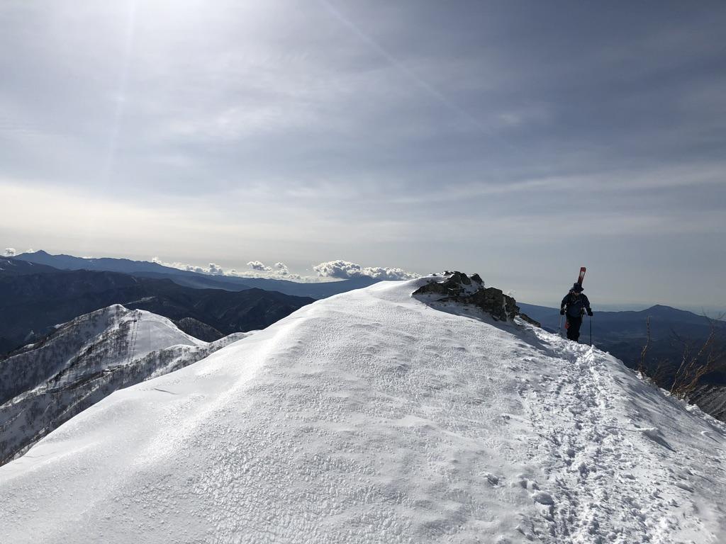 谷川岳・天神尾根・スキー板を持った登山客