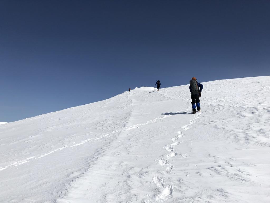 谷川岳・トマノ耳に向かって一歩一歩登ります