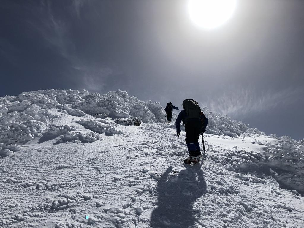 谷川岳・トマノ耳・上り・日差しが眩しい