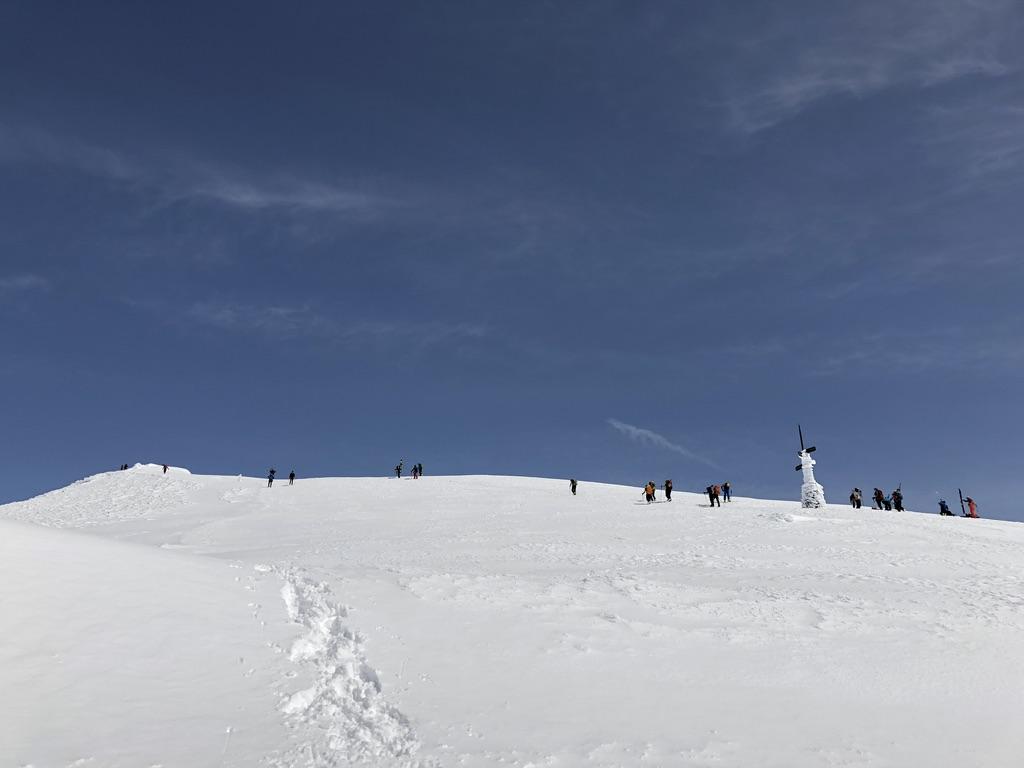 谷川岳山頂に向かう人が増えてきました
