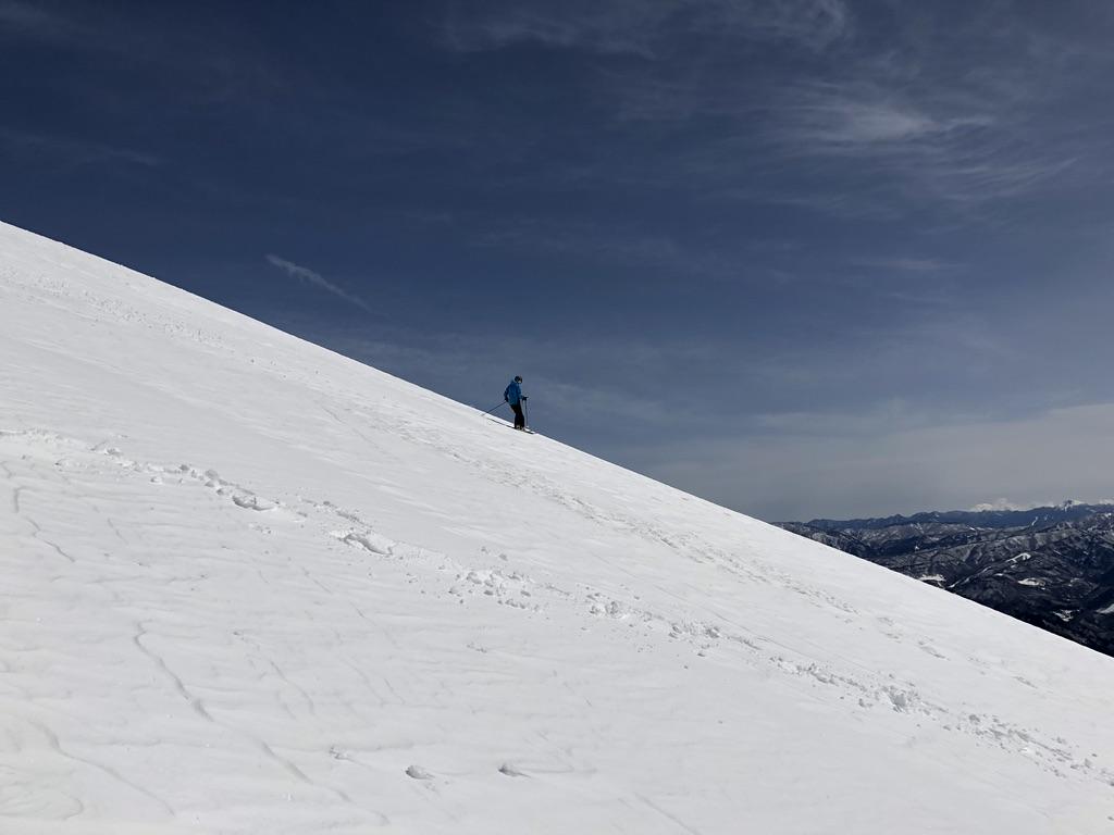 谷川岳・天神尾根を滑るスキーヤー