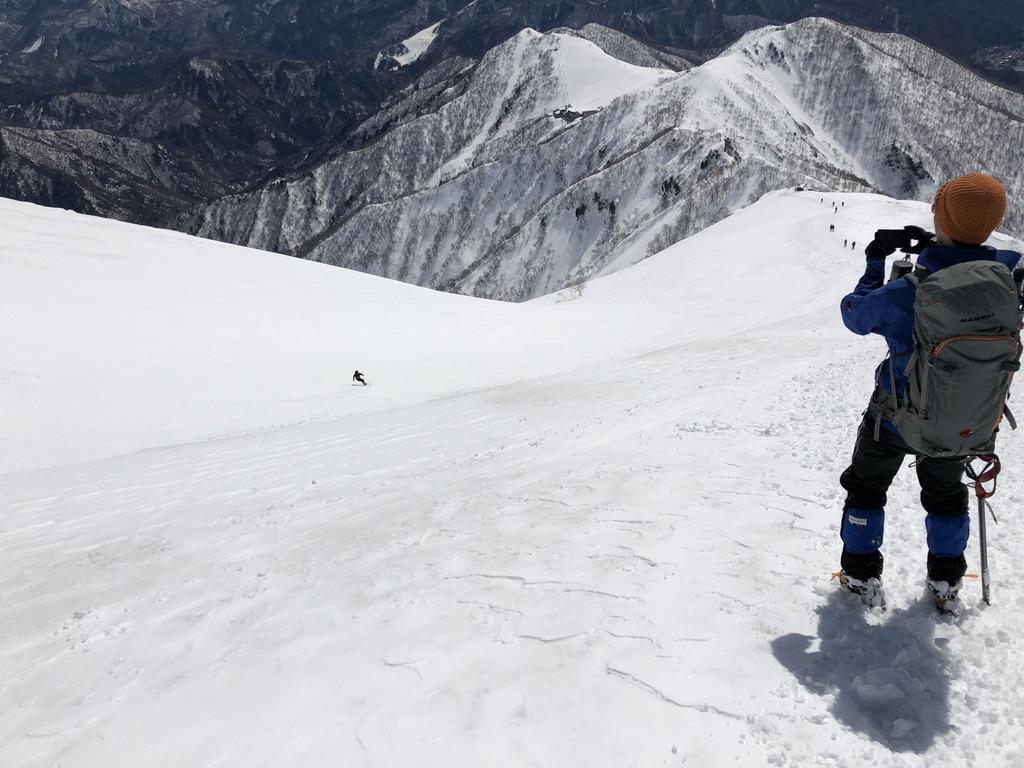 谷川岳・天神尾根を滑るスキーヤー・最高に楽しそう