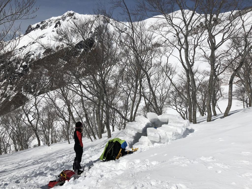 谷川岳・熊穴沢避難小屋・かまくら作成中