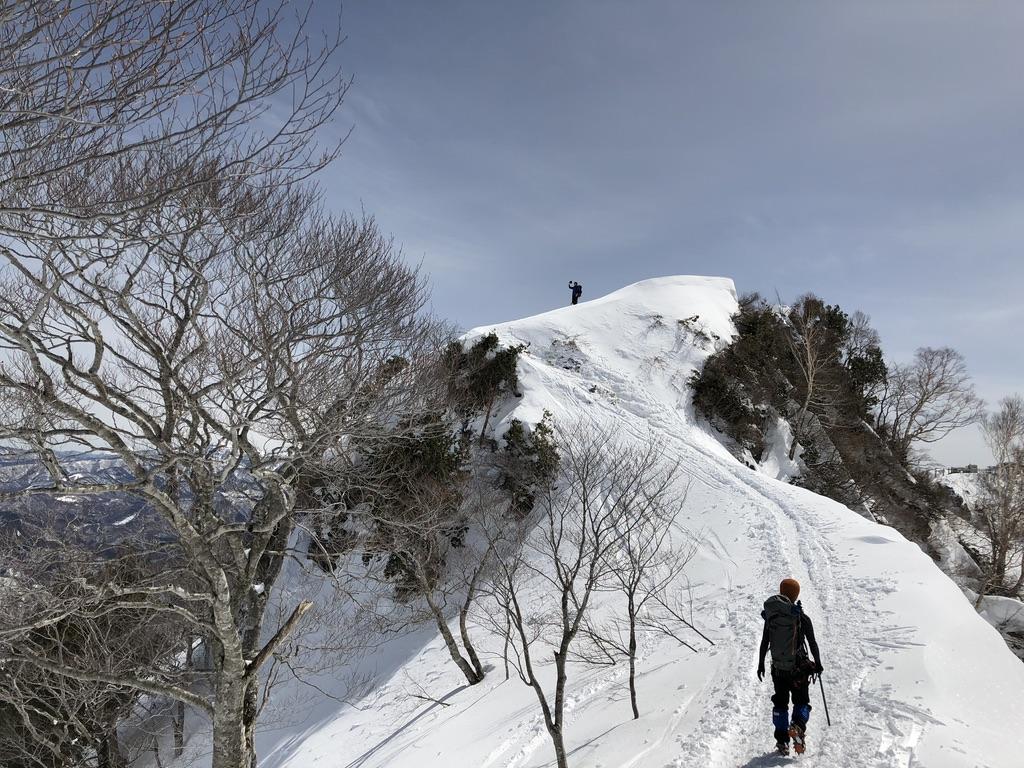 谷川岳・天神尾根・熊穴沢の頭を越えて進みます・誰か写真を撮ってます