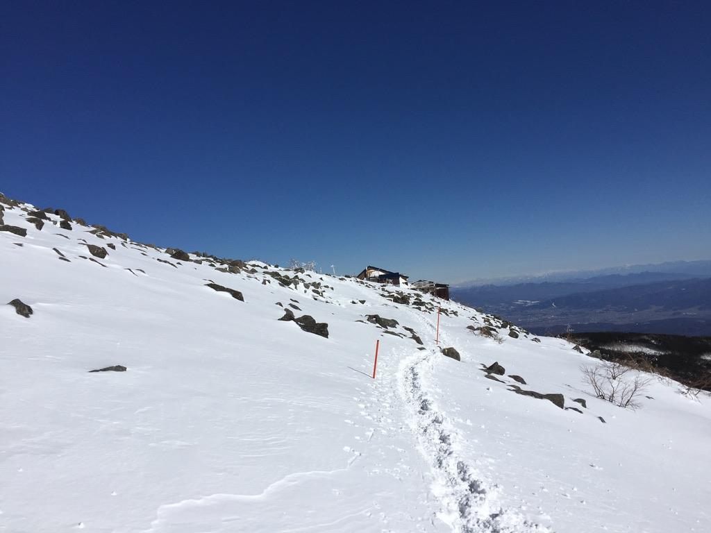 蓼科山・蓼科山頂ヒュッテ向かって歩きます