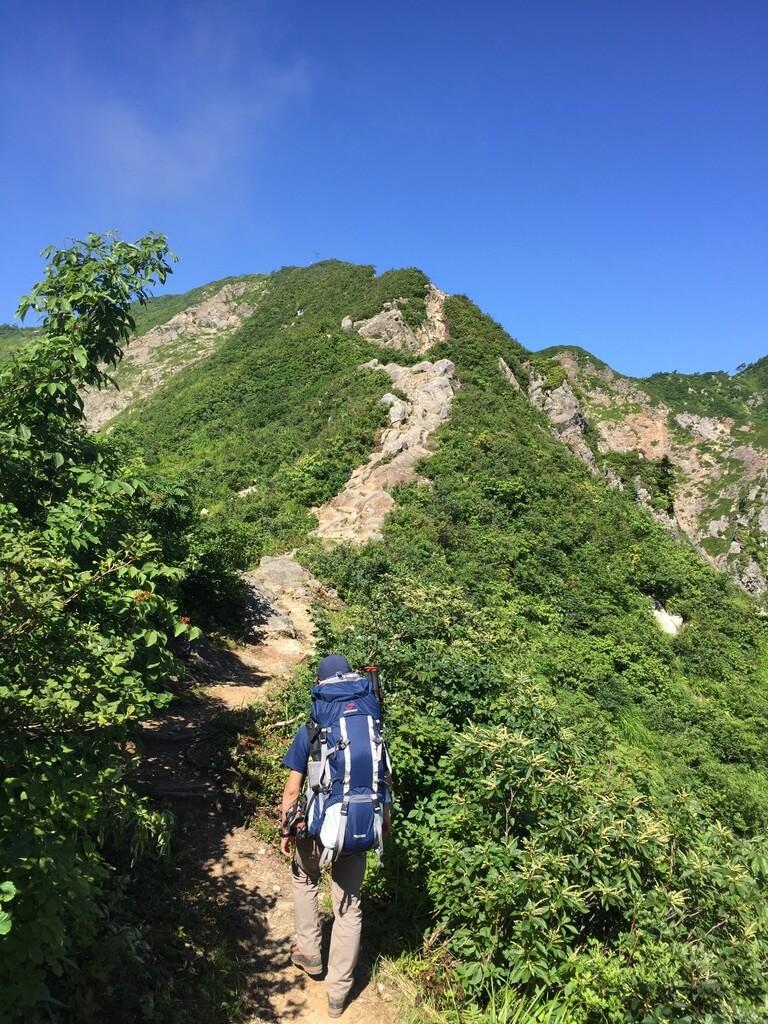 飯豊山・剣ヶ峰の岩稜歩き・どんどん進んで行きますよ