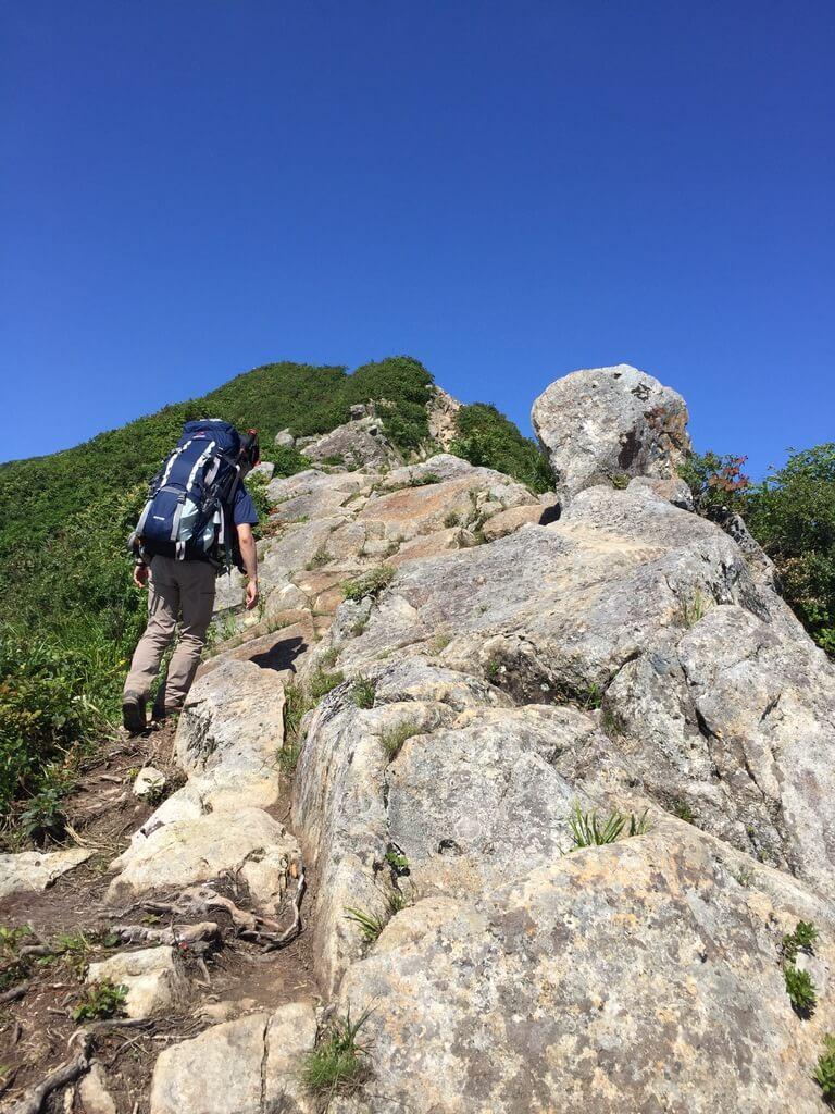 飯豊山・剣ヶ峰の岩稜歩き・結構急な岩稜です