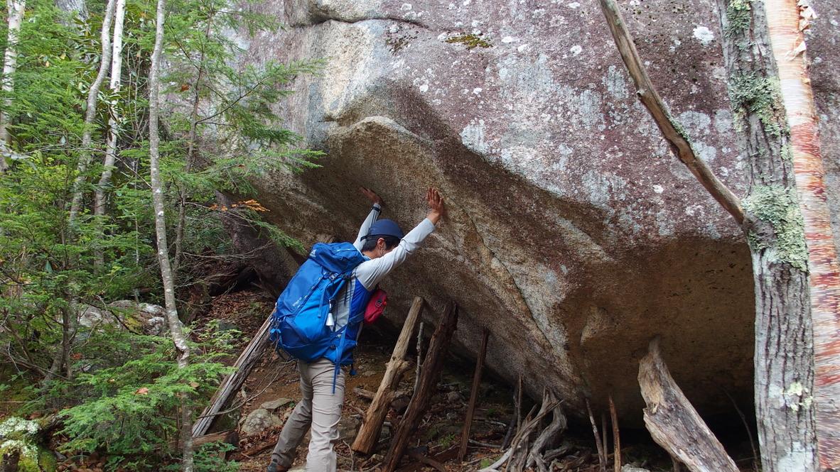 瑞牆山・大きな岩を支える男