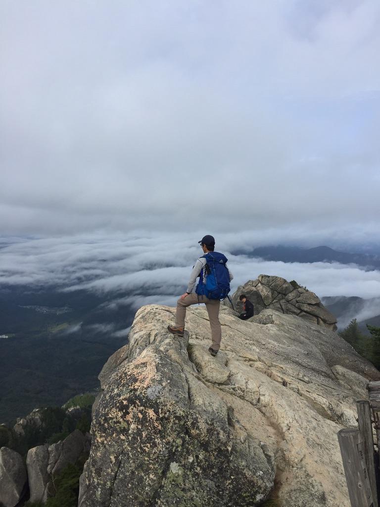 瑞牆山・山頂で遠くを見る男